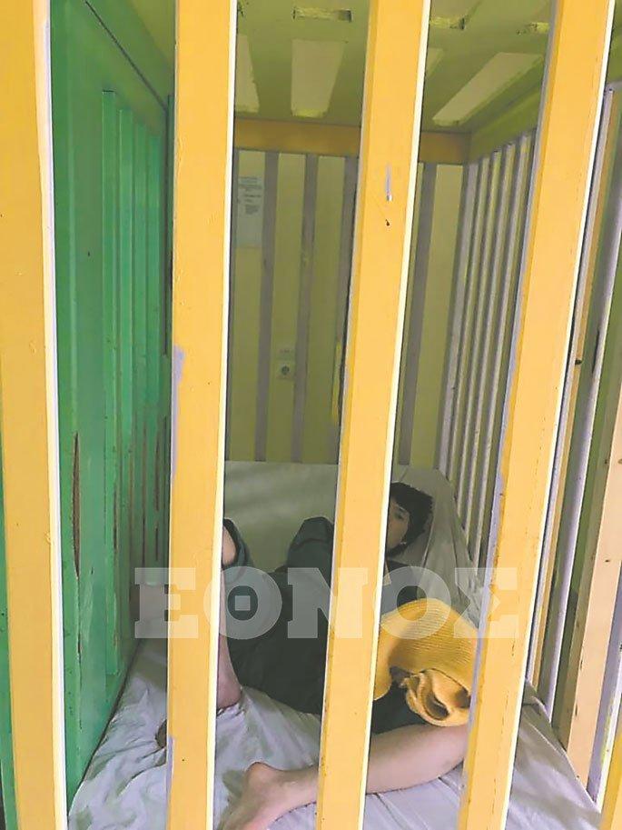 κορίτσι σε κλουβί