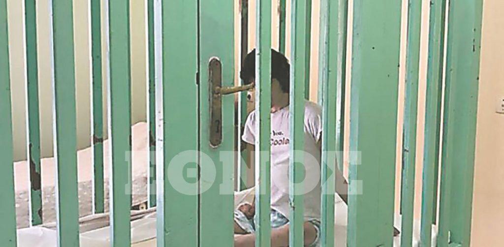 παιδί σε κλουβί