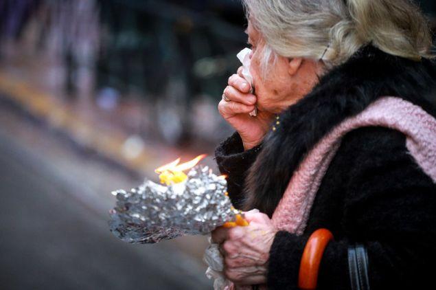 ηλικιωμένη με κεριά