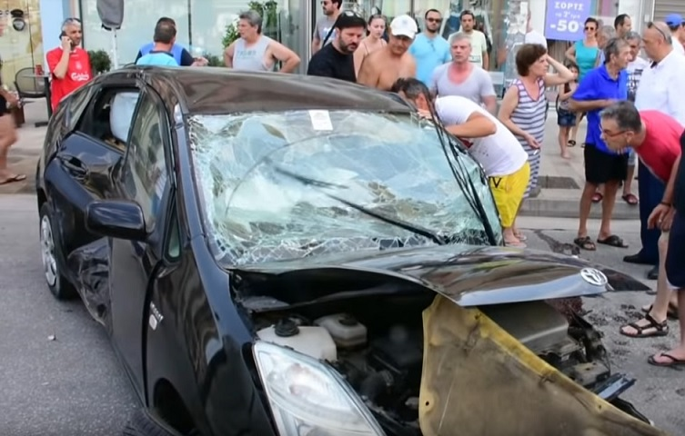 η γυναίκα οδηγός, εγκλωβίστηκε μέσα στο αυτοκίνητο της