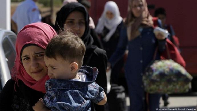 σύμφωνα με τη Deutsche Welle, διακινητές μεταφέρουν τους πρόσφυγες
