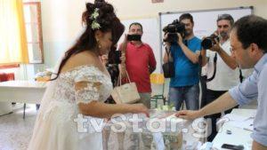 η νύφη, άφησε για λίγο το γάμο και έτρεξε να ψηφίσει