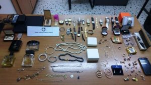 σύλληψη 2 διαρρηκτών που ξάφριζαν σπίτια στη γλυφάδα