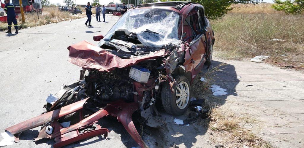 σφοδρή σύγκρουση στη λάρισα αυτοκινήτων με φορτηγό