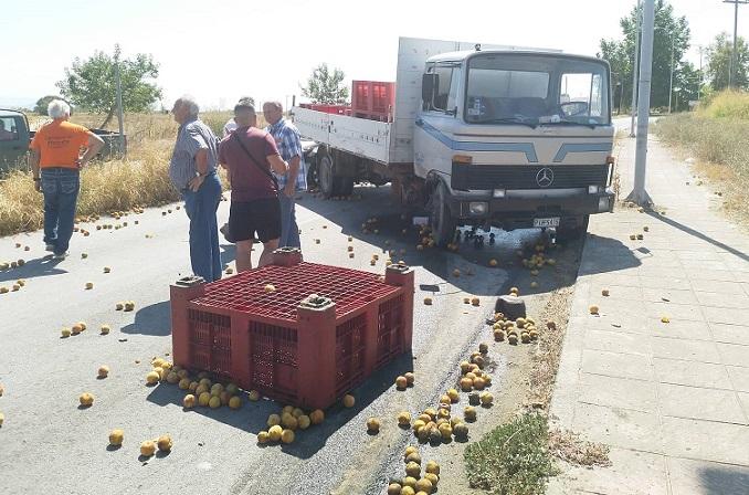 το φορτηγό μετέφερε φρούτα